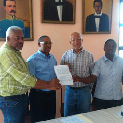 Ayuntamiento de Comendador y universidad UNEFA firman acuerdo.