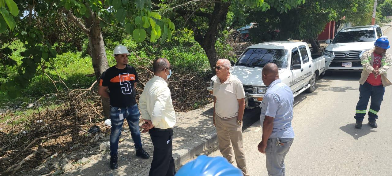Alcalde de Comendador Supervisa Instalación y Mantenimiento de Lamparas
